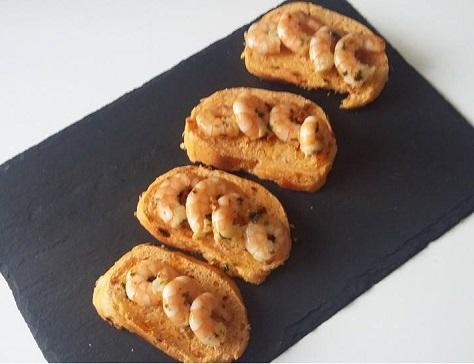 Persillade de crevettes sur pain au chorizo