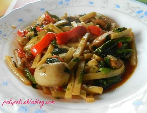 Plat de nouilles aux legumes varies