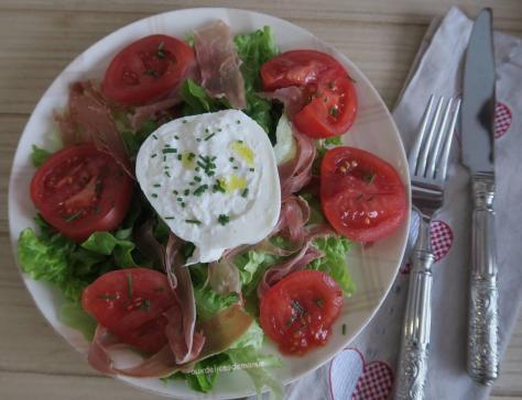 Salade au serrano tomates roses et burrata di bufflala