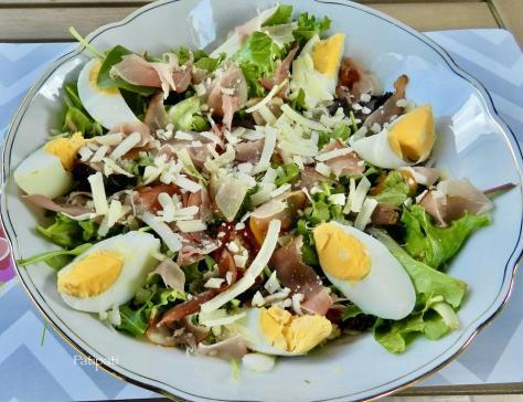 Salade mesclum jambon de la foret noir et parmigiano