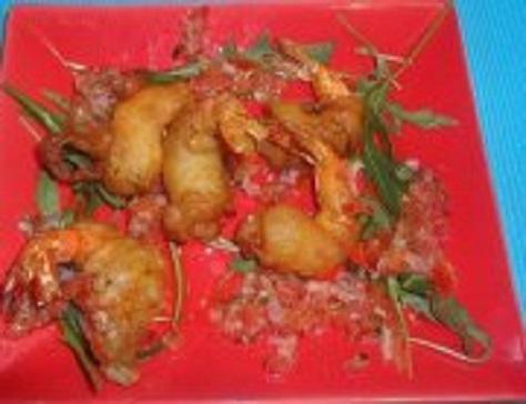 Tempura beignets japonais de crevettes et de petits legumes varies