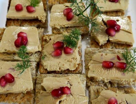 Toasts au foie gras grenade et confit d oignon aux tomates sechees